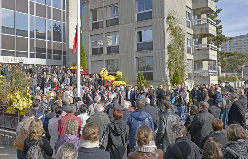 Rassemblement, avec minute de silence, en hommage aux victimes des attentats de Paris du 13 nov., devant l'h™tel de ville de VŽnissieux