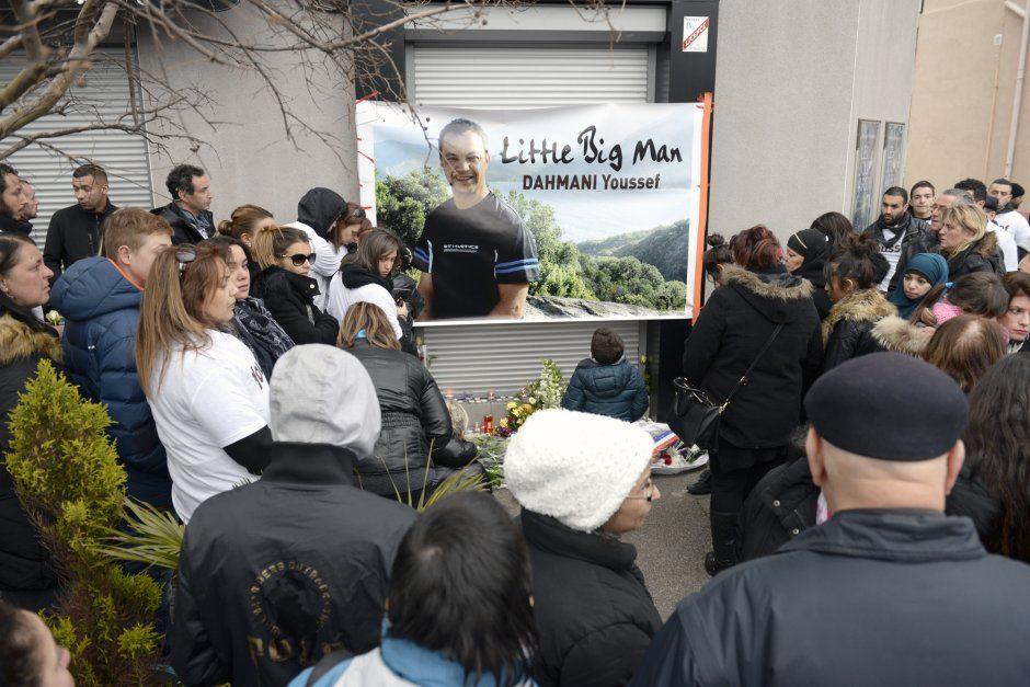 rassemblement en hommage ˆ Youssef Dahmani, devant la brasserie de l'avenue de la republique ˆ Saint-Fons o il a ŽtŽ abattu la semaine derniere lors d'une altercation. rassemblement de 150 personnes dont de nombreux Žlus.