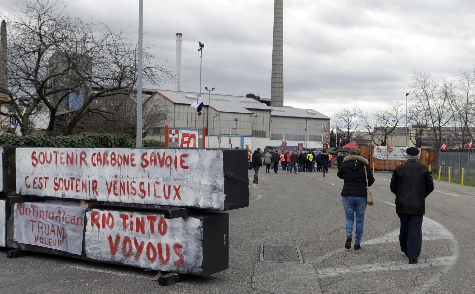 Rassemblement de soutien devant Carbone Savoie, 8 fev. 2016. Maire de Vx, elus, syndicalistes...