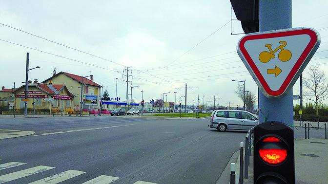 Ce panneau autorise les cyclistes à passer au rouge, sans toutefois les rendre prioritaires