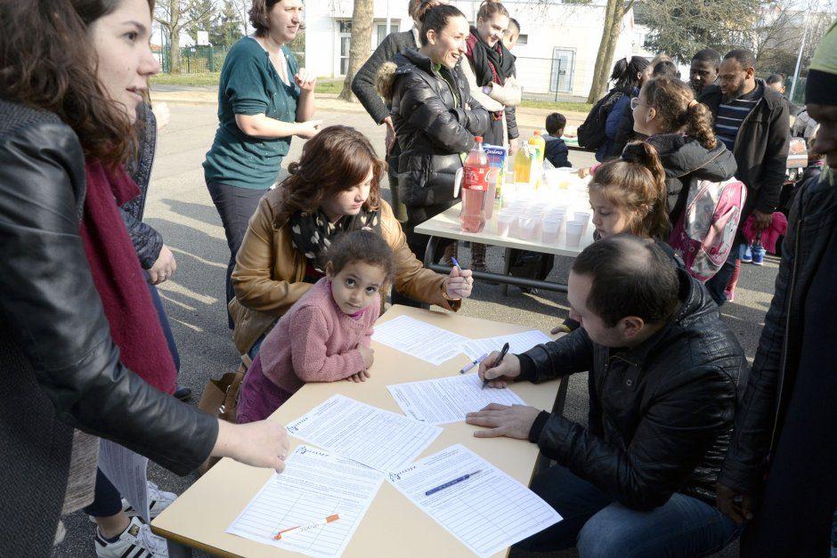 signature d'une pŽtition en faveur de sans-papiers ˆ la maternelle LŽo Lagrange, le 21 mars 2016. Pour Kamel Bachir Brahim, Amel Krarraz et leurs 4 enfants. Avec le soutien de RESF