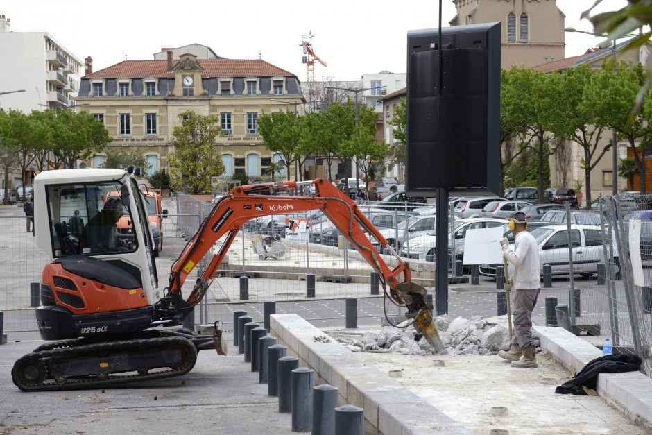 11 avril 2016, travaux de dŽmolition des fontaines de la place L.Sublet.