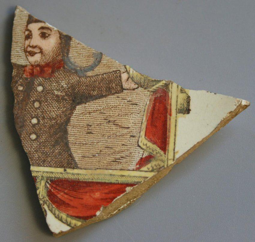 Un fragment d'assiette en porcelaine / Crédit Inrap Rhône-Alpes Auvergne
