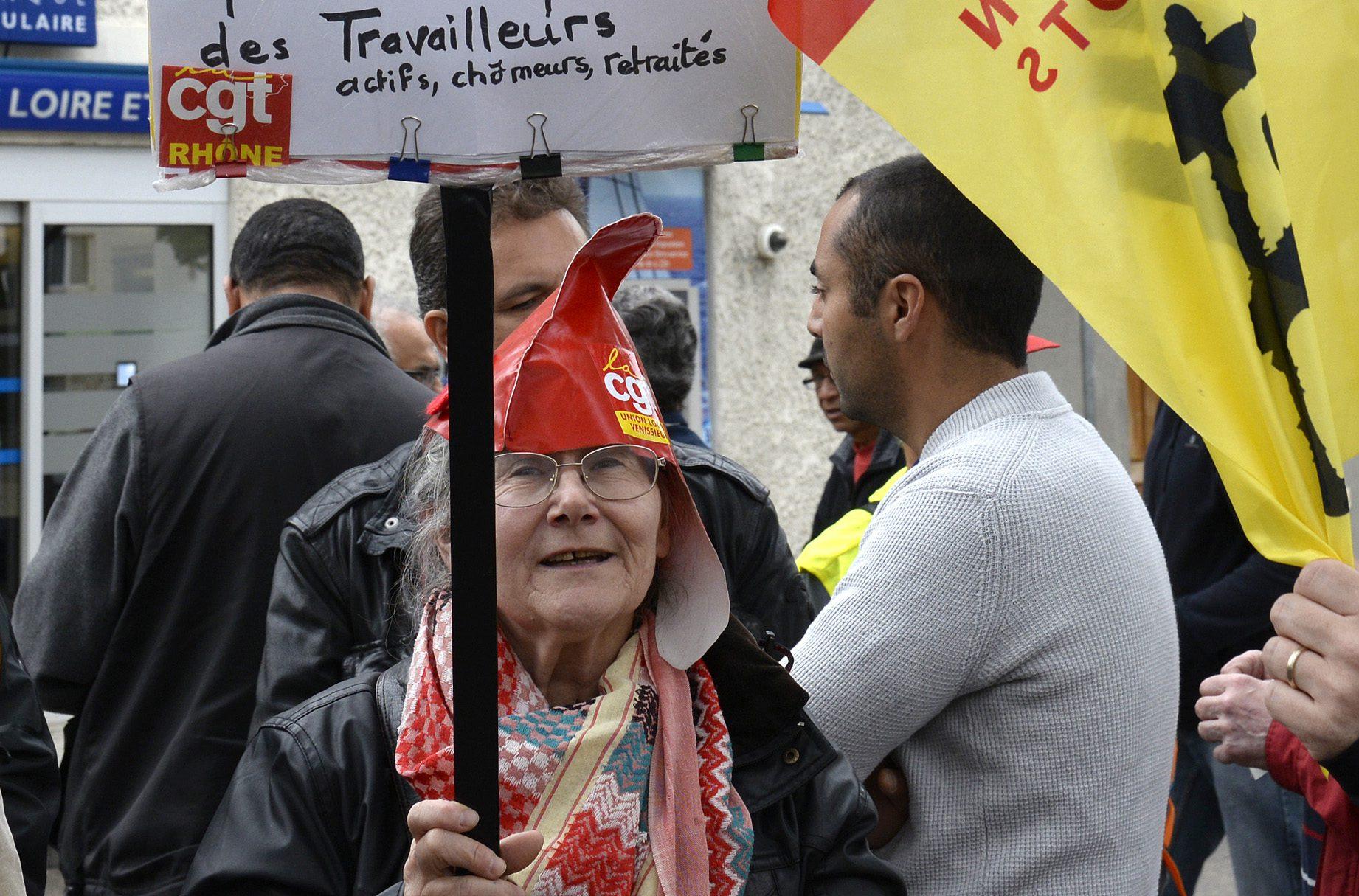 12 mai 2016. Rassemblement de militants CGT devant la permanence de Y.Blein dŽputŽ PS de la circonscrition, aprs l'annonce du passage de la loi travail (El Khomeri) via l'Art.49-3 le 10 mai.