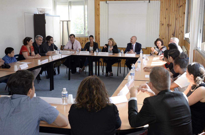 Visite de Mme franoise Moulin, rectrice de l'academie de Lyon au college P.Eluard en prŽsence de M.Savey, principal. A propos du CVC, ComitŽ de Vie Collegienne.